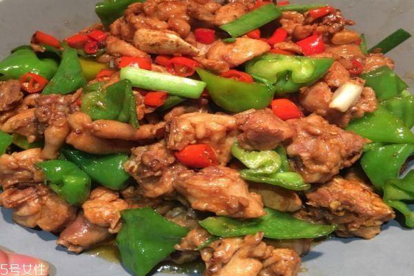 如何吃青椒鸡?